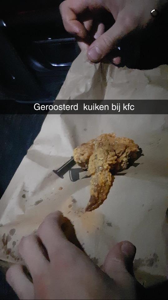 Gast vindt kuikentje tussen hotwings KFC