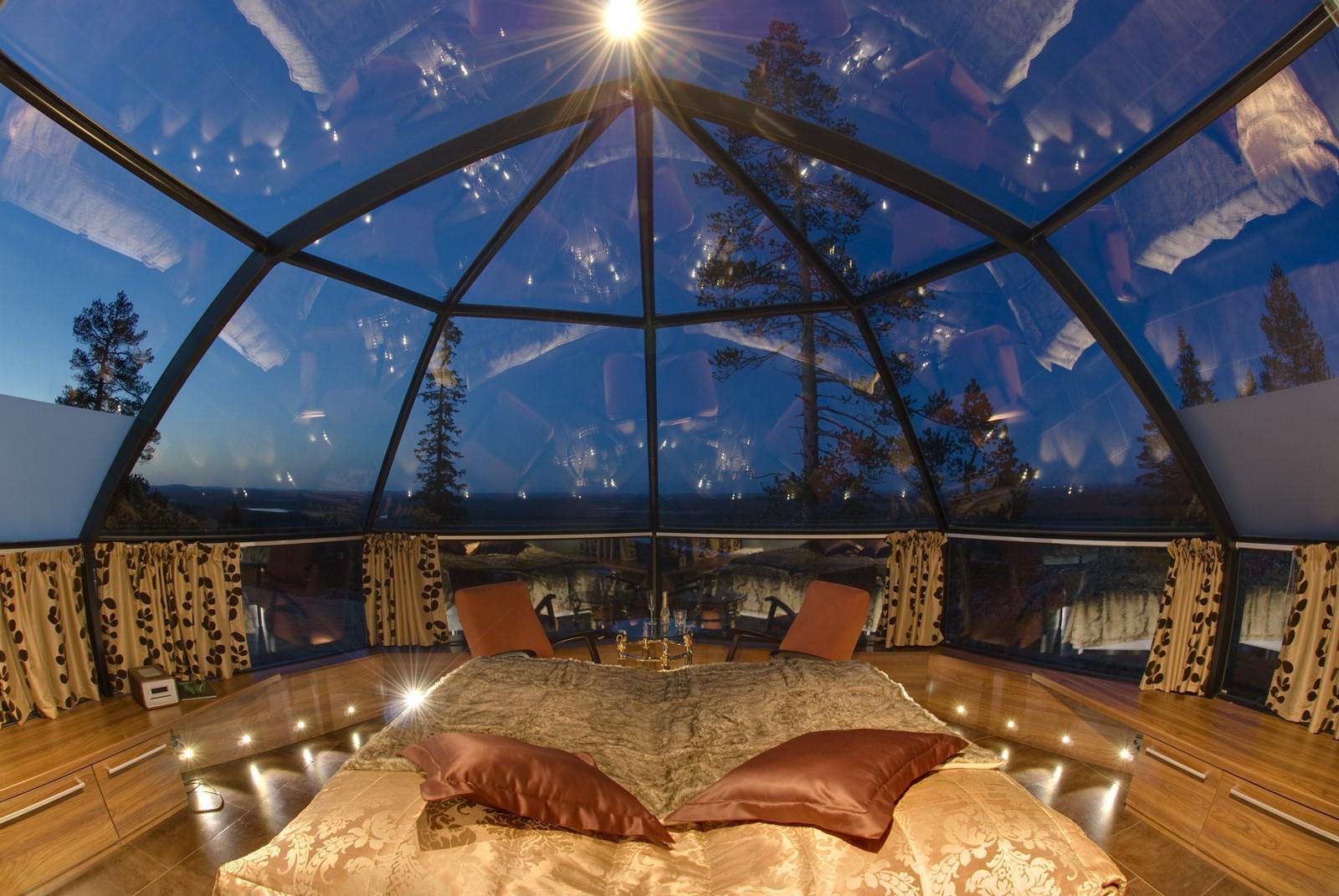 Bewonder het Noorderlicht vanuit een glazen iglo 01