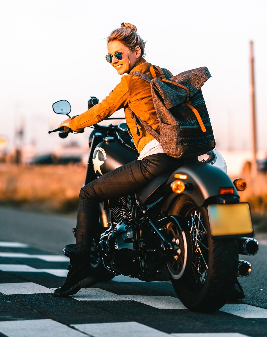 De Harleyducthies combineren de dikste motoren met mooie Hollandse vrouwen 01