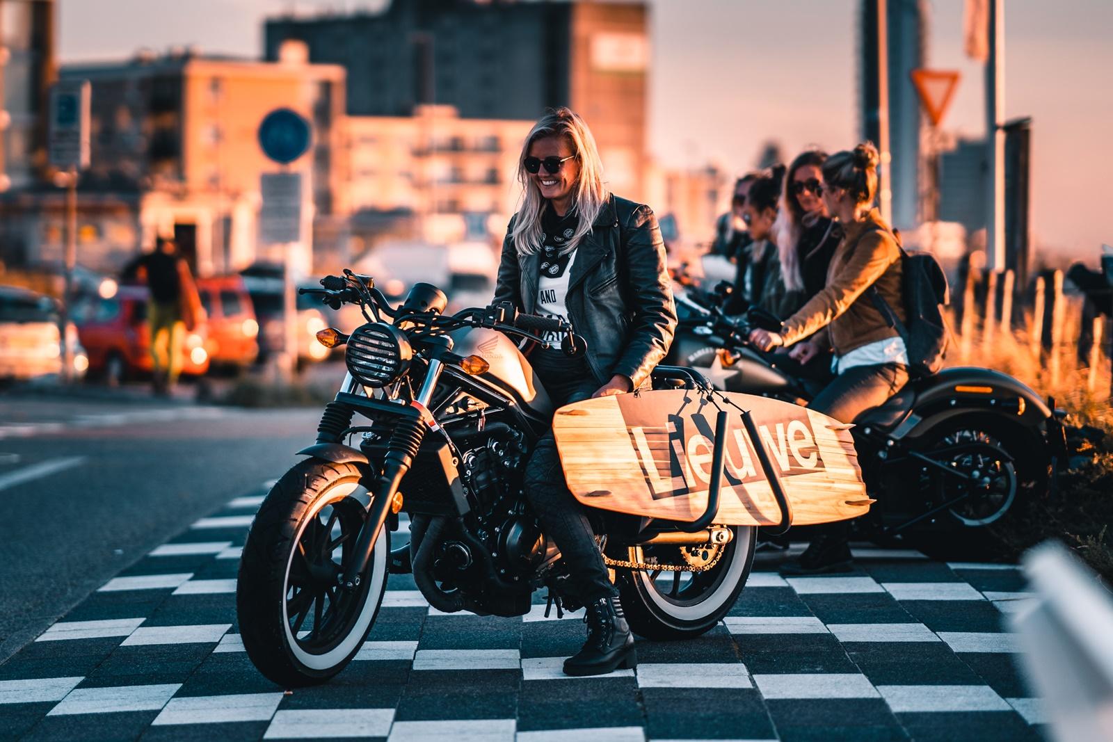 De Harleyducthies combineren de dikste motoren met mooie Hollandse vrouwen 03