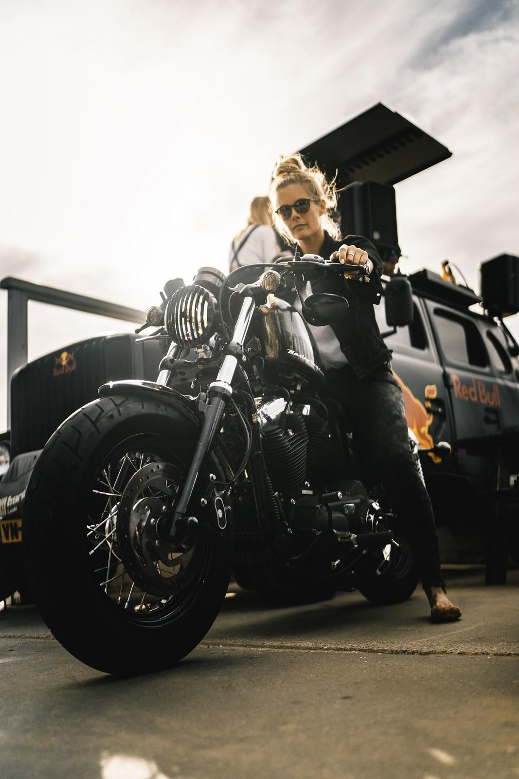 De Harleyducthies combineren de dikste motoren met mooie Hollandse vrouwen 04