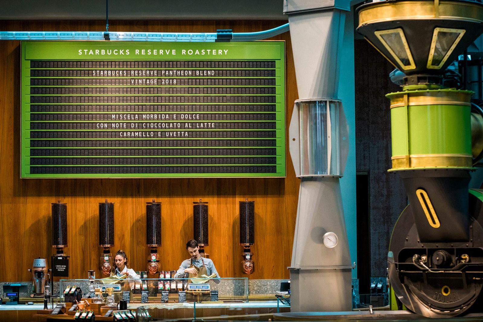 Check deze monster vestiging van Starbucks in Milaan 04 1