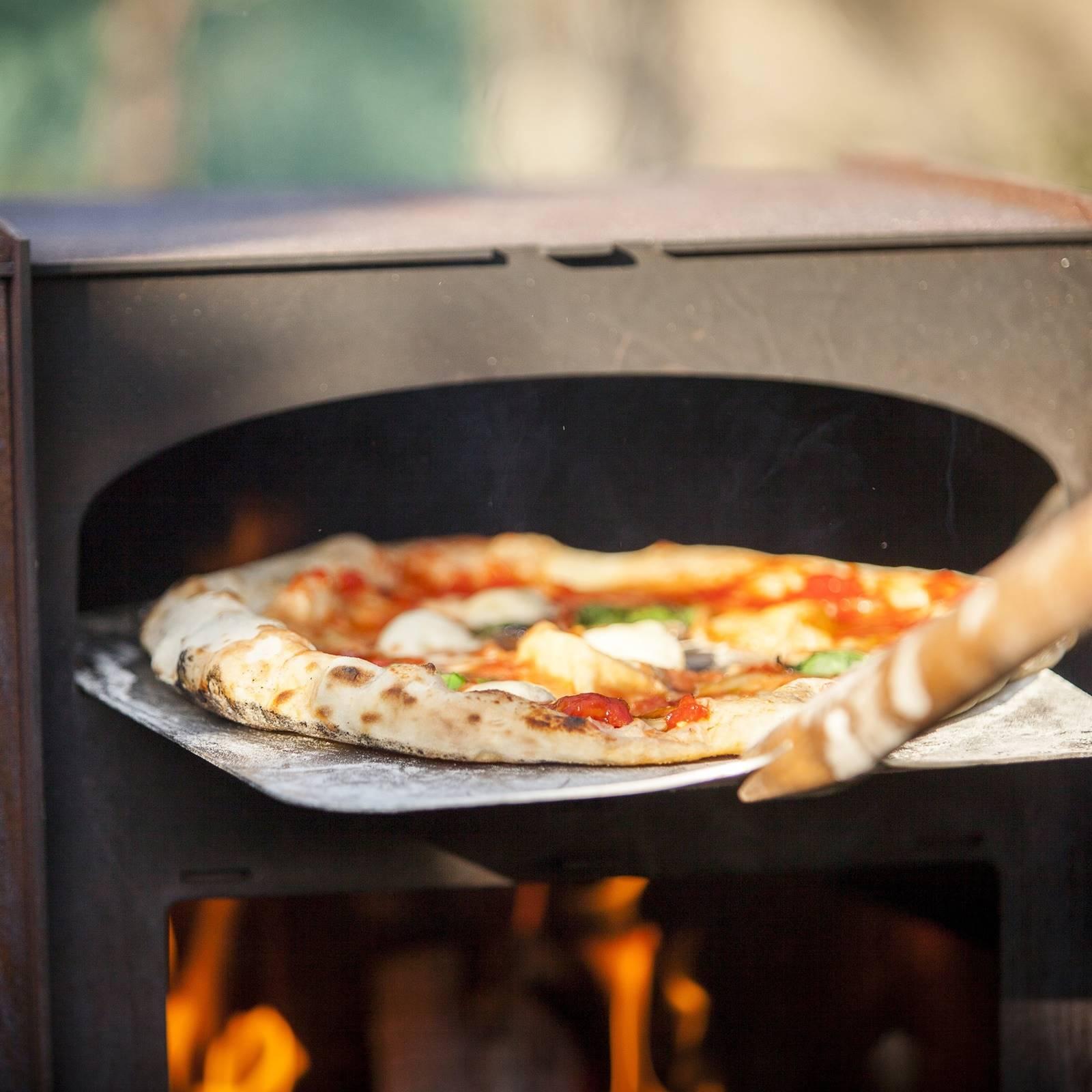 Deze pizza houtoven kachel maakt in de zomer elke achtertuin compleet 2