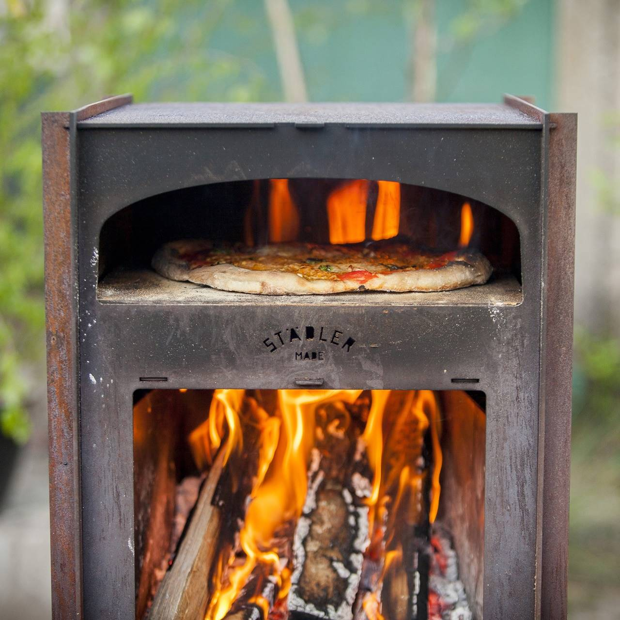 Deze pizza houtoven kachel maakt in de zomer elke achtertuin compleet 3