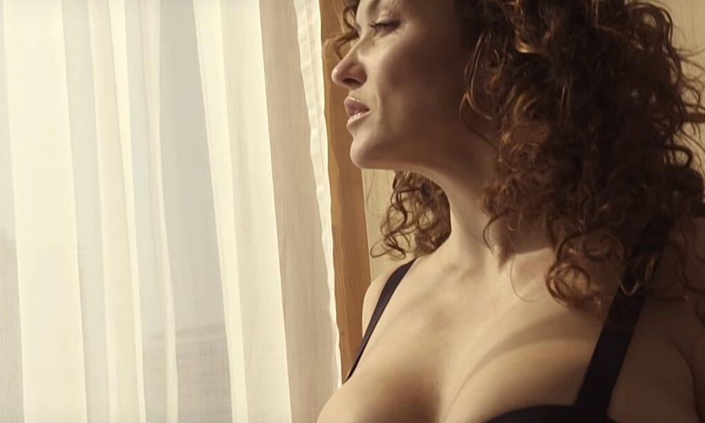Katja Schuurman uit de kleren in gewaagde FHM500 shoot thumb