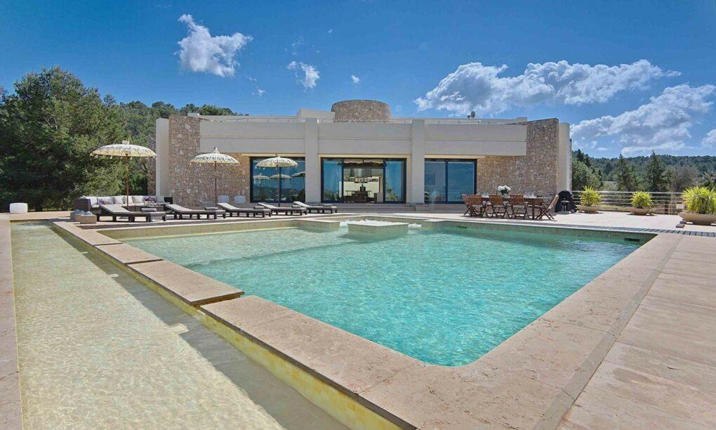 Voor 50 eu pp slaap jij met 8 vrienden in deze brute villa op Ibiza