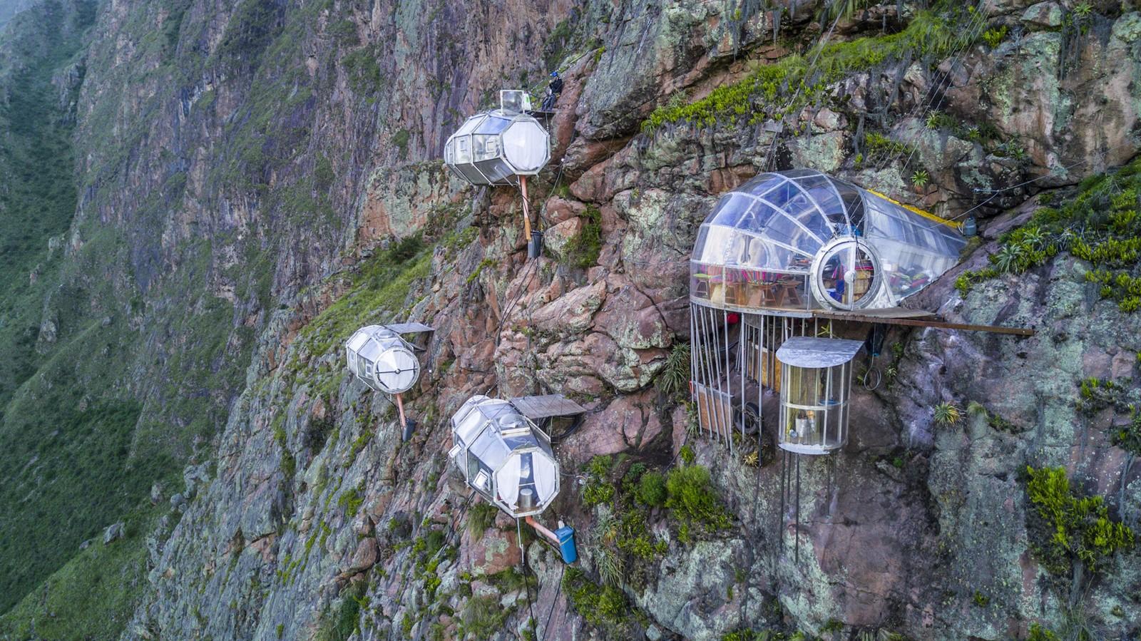 In dit duizelingwekkende hotel hang je 400 meter boven een vallei in Peru 1