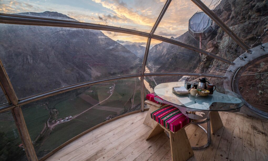 In dit duizelingwekkende hotel hang je 400 meter boven een vallei in Peru