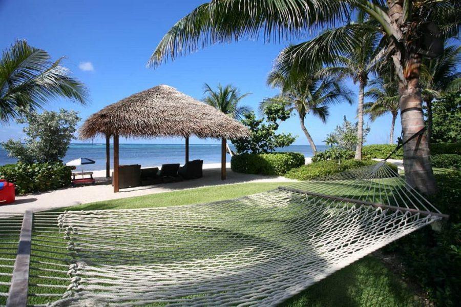 Neem een kijkje in de grootste en meest luxe villa op het Kaaimaneiland 1