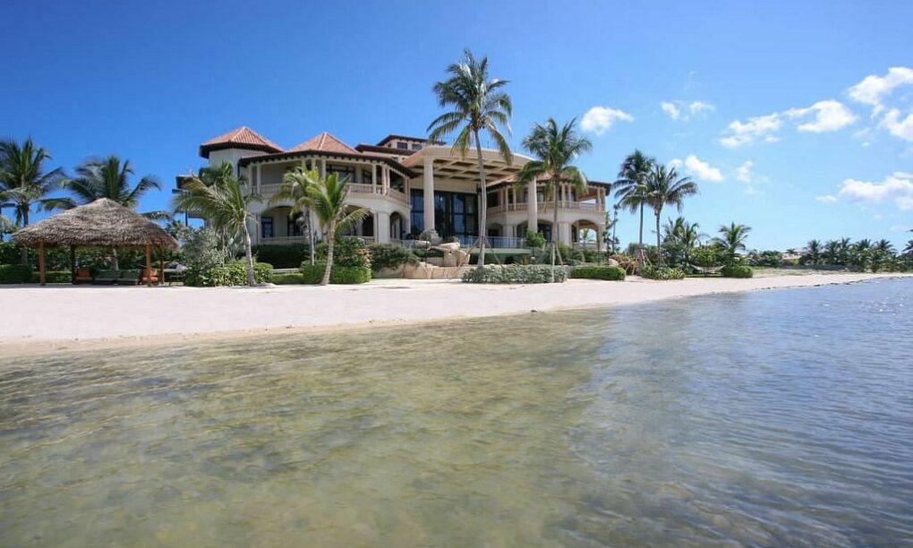 Neem een kijkje in de grootste en meest luxe villa op het Kaaimaneiland 10