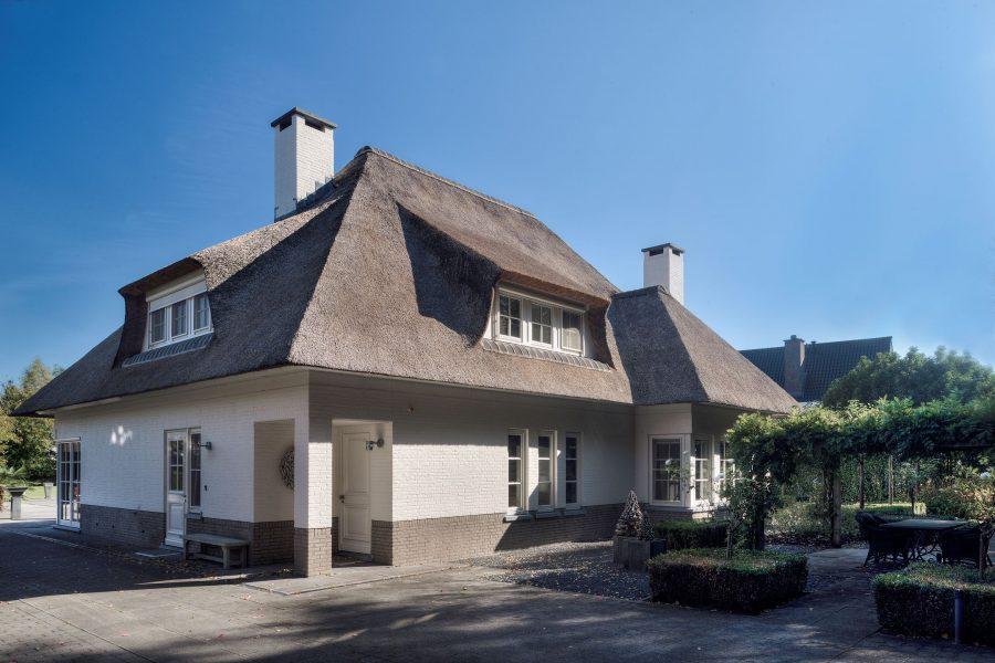 Deze prachtige villa aan het strand in Zuid Holland is voor €1.895.000 van jou 1