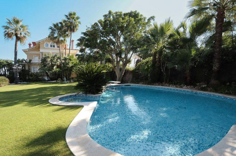 Deze airbnb villa in Catalonie is betaalbaar en extreem luxe1