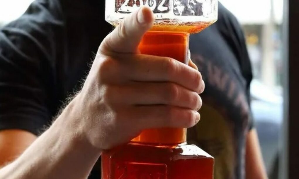 Trainen en bier tanken kan nu tegelijk met dit dumbbel bierglas 1