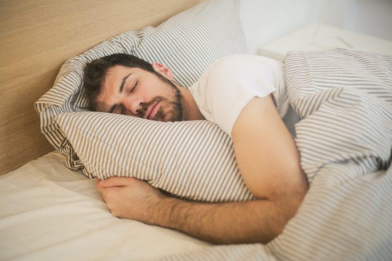 Volgens slaaponderzoek ligt de chagrijnige persoon in de relatie rechts