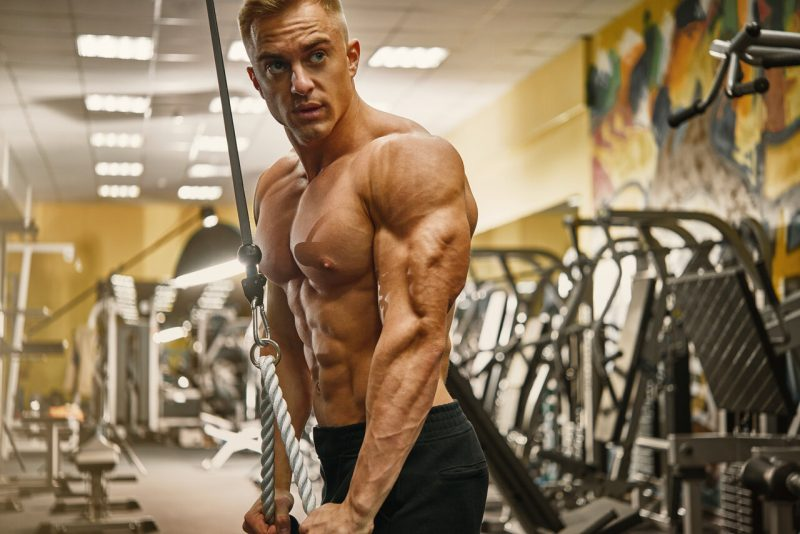 triceps oefeningen rope pushdow