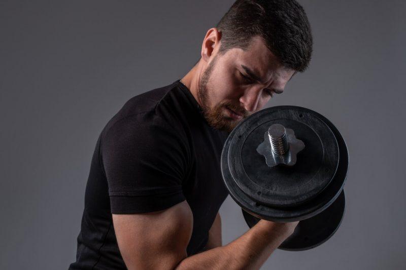 5 biceps oefeningen draaiende dumbbell curl