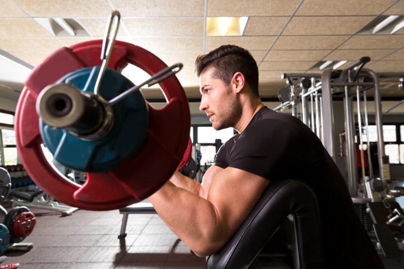 5 biceps oefeningen Ez-bar preacher curl