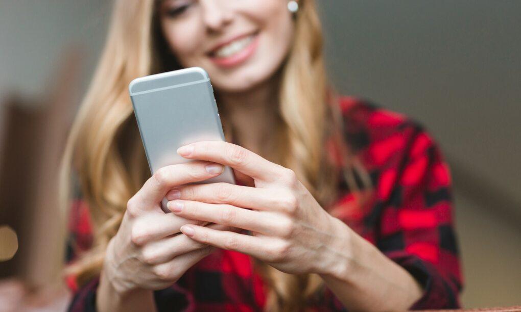 Vrouwen argwanender over veiligheid smartphone dan mannen